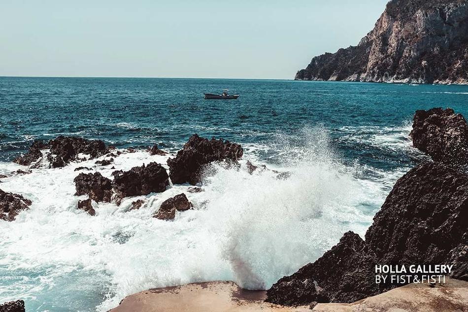 Брызги волн Средиземного моря и рыбацкая лодка в бухте на Капри. Постер на стену