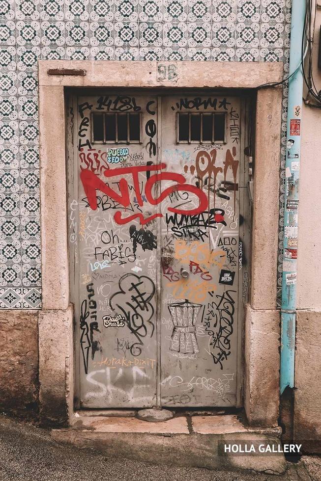 Железные двери в граффити в Лиссабоне