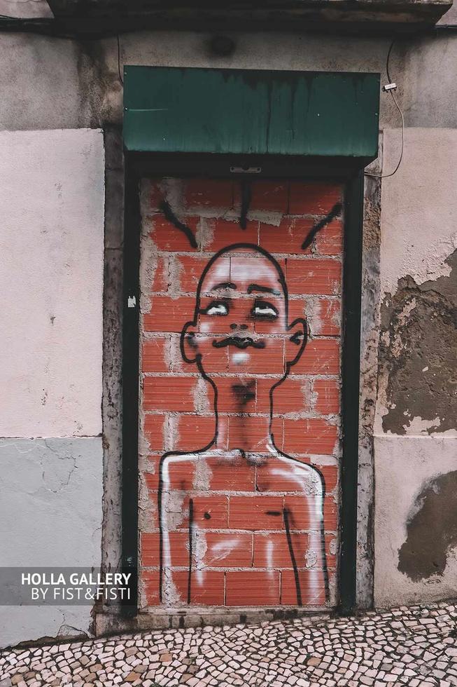 Граффити из балончика на кирпичной стене в Лиссабоне.