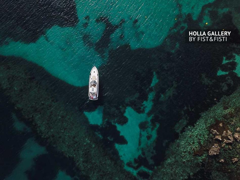 Яхта с коптера на фоне бирюзовой воды, фото картина