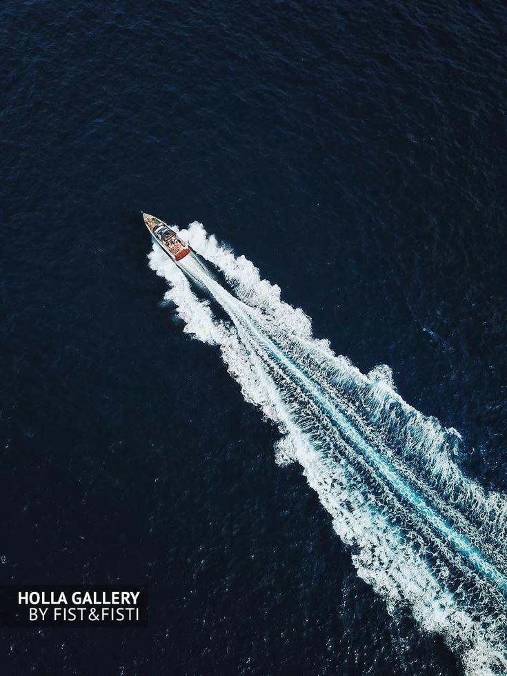 Яхта рассекает морскую гладь, фото с коптера. Mallorca, Испания