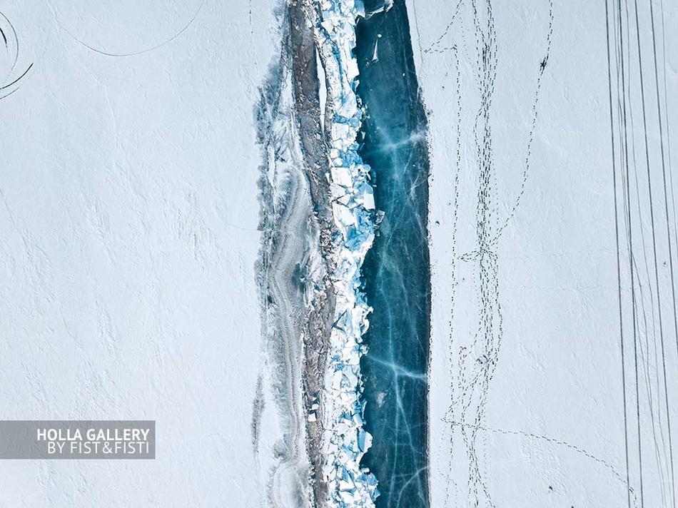 Фотография Байкала на коптер сверху. Граница моря и берега. Глубокий лёд Байкала. Фотокартина. Постер для интерьера