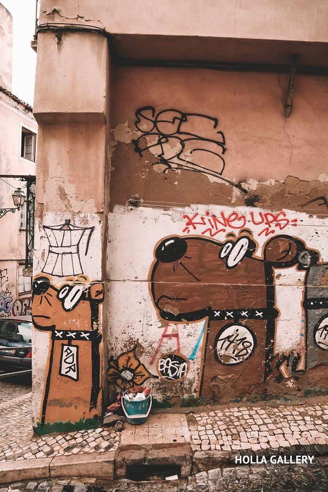 Гетто район Лиссабона с граффити, фотообои для интерьера.
