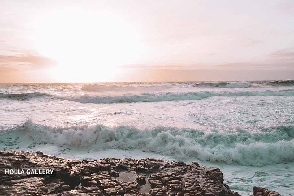 Пенистые волны у каменистого берега Назаре