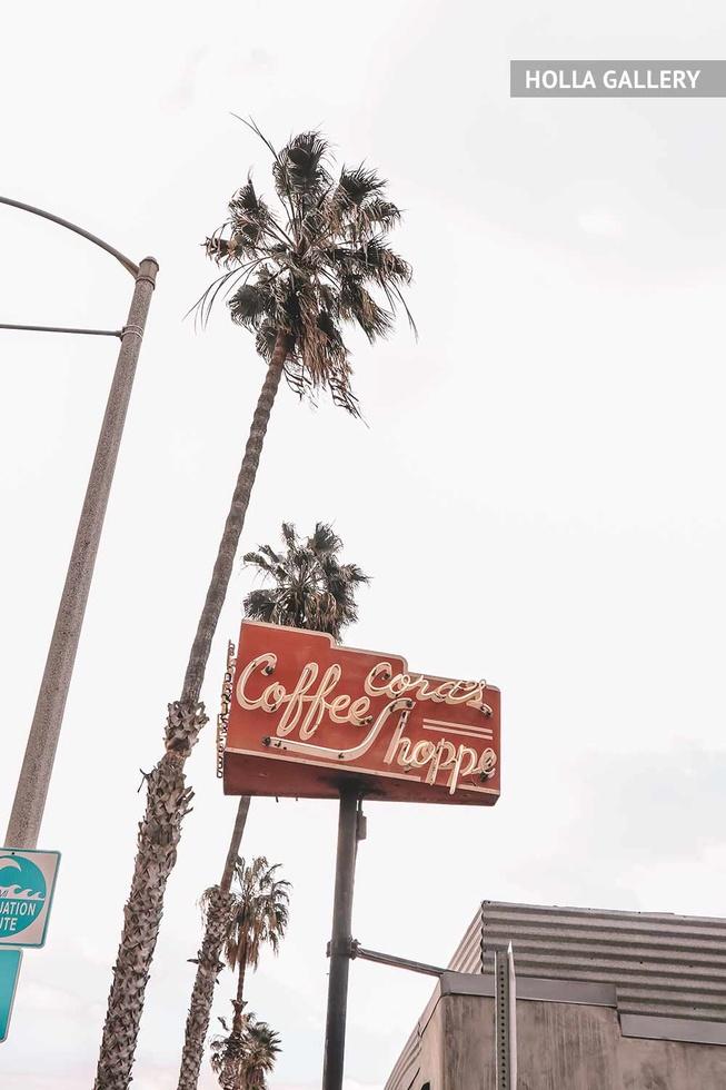 Вывеска кофейни на столбе и пальмы