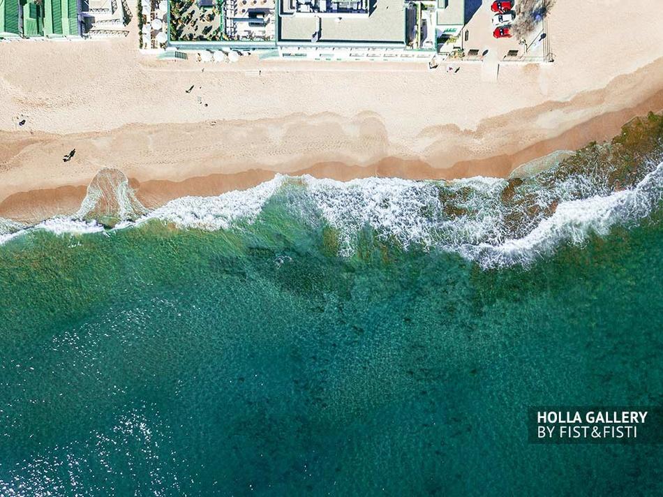 Вид с коптера на пляж в Барселоне