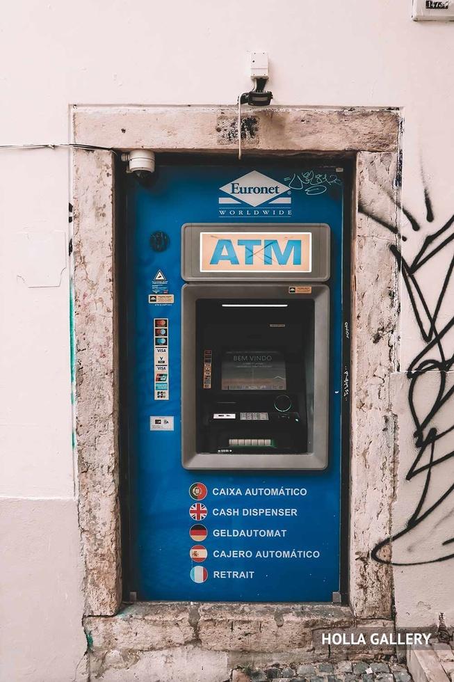 Синий банкомат в стене Лиссабона