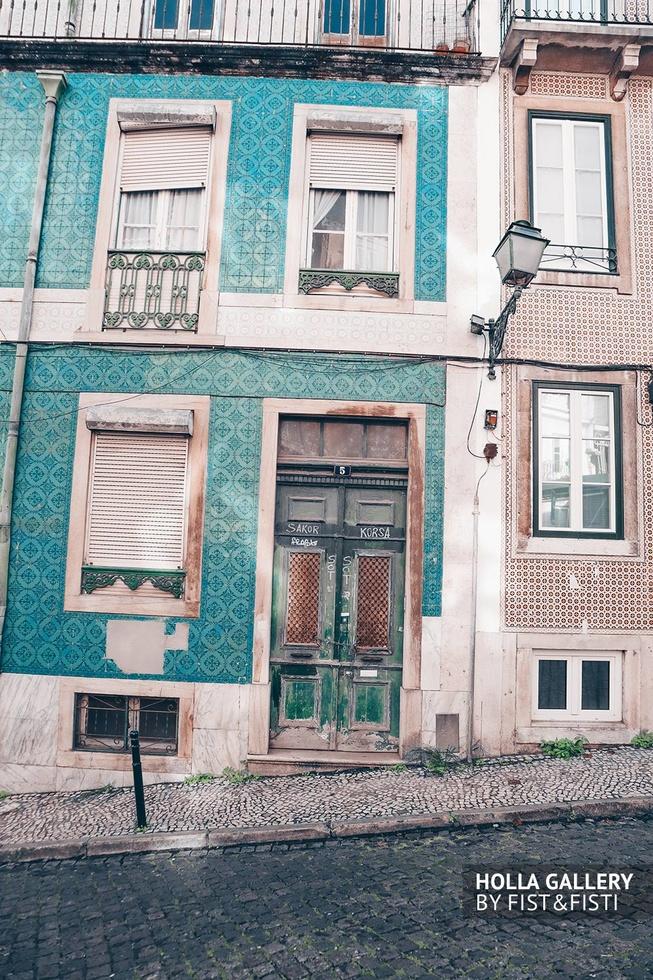 Историческое здание с зеленой дверью в Лиссабоне.