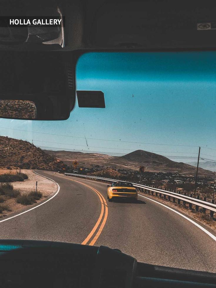 Вид из машины на дорогу и холмы штата Юта