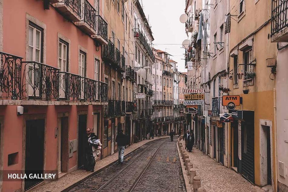 Длинная узкая улица в Лиссабоне