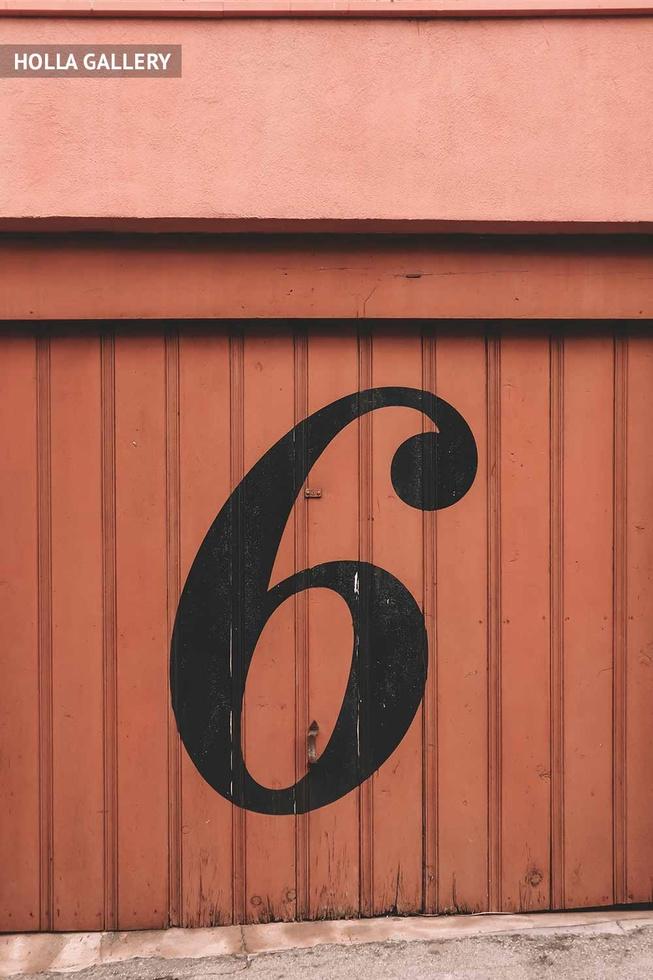 Цифра шесть на стене