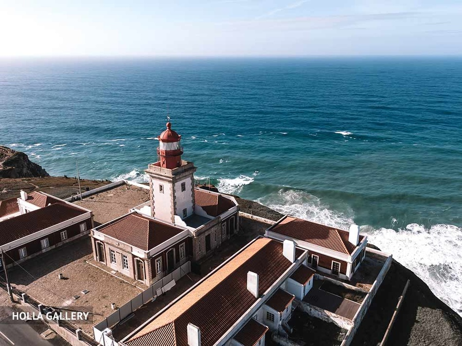 Маяк и дома на побережье Лиссабона