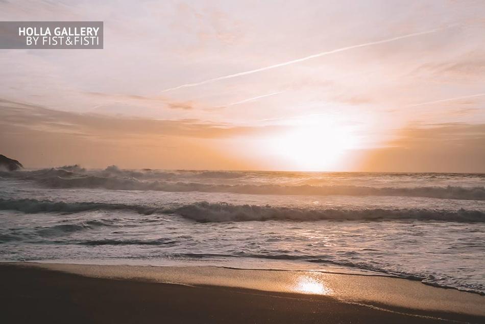 Красивый закат на фоне прибоя океана, фотообои для интерьера.
