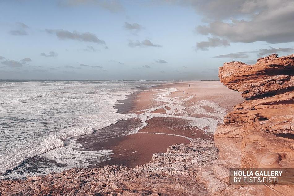 Скалы на берегу Назаре с волнами Атлантического океана.