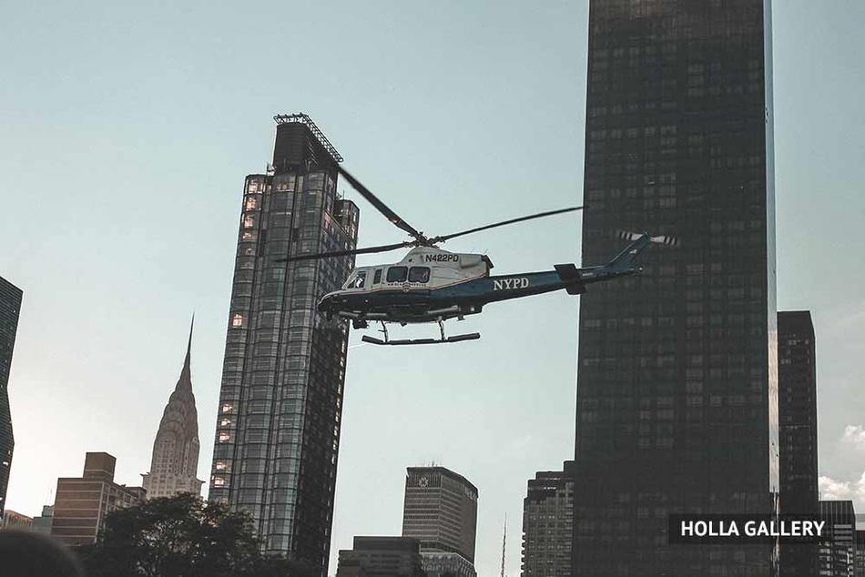 Вертолет на фоне высоток в Нью-Йорке