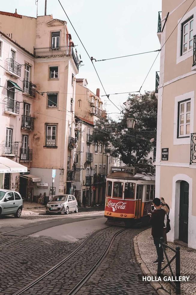 Узкая улочка Лиссабона с трамваем
