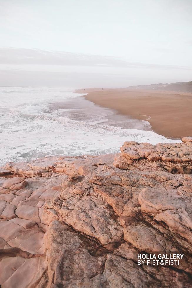 Камни Назаре на фоне прилива океана