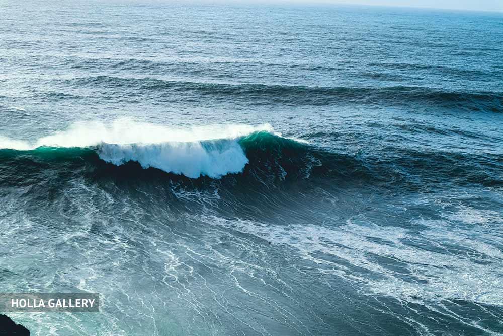 Средиземное море с большой волной