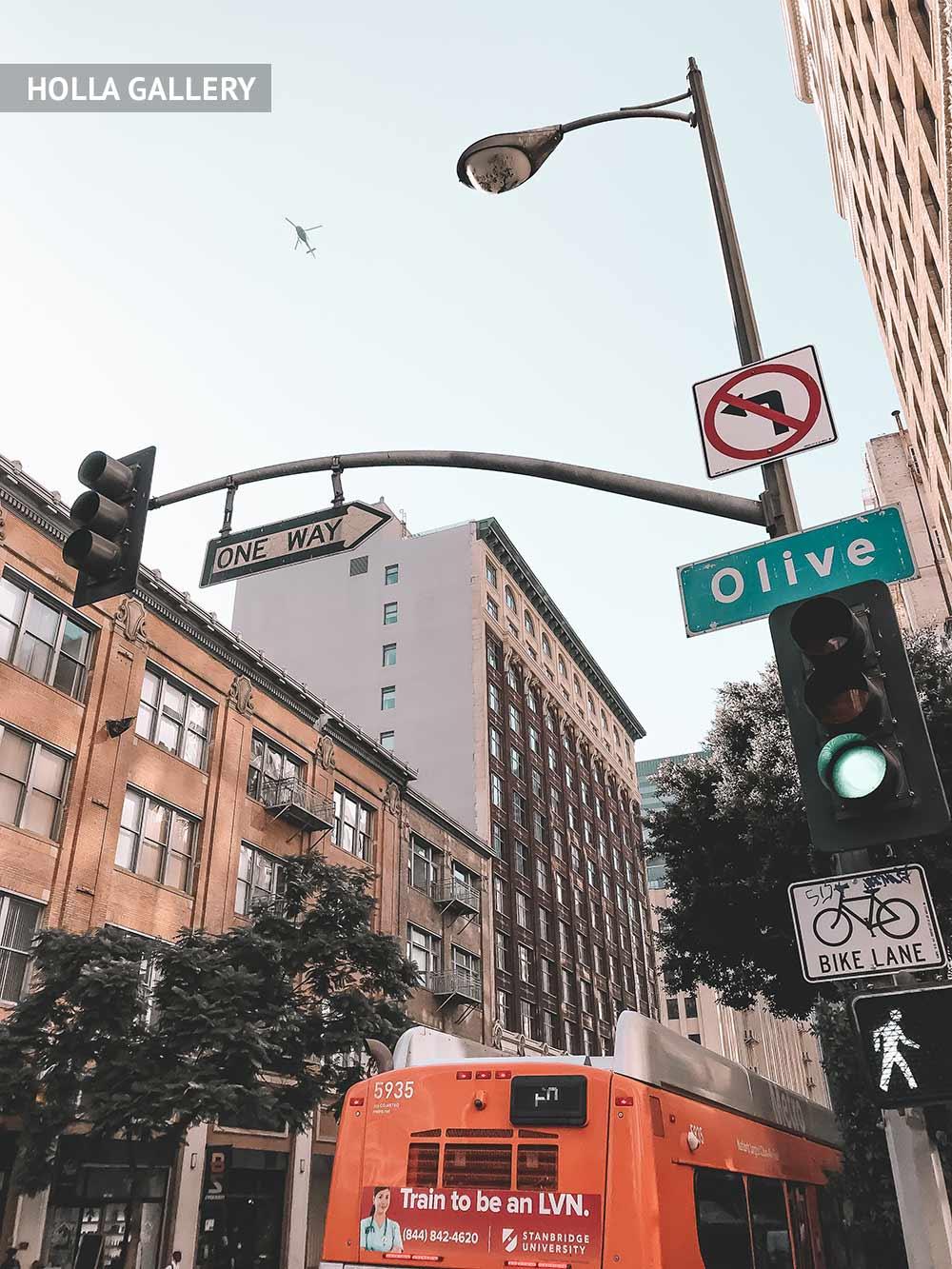 Фонарный столб со светофором и дорожными знаками