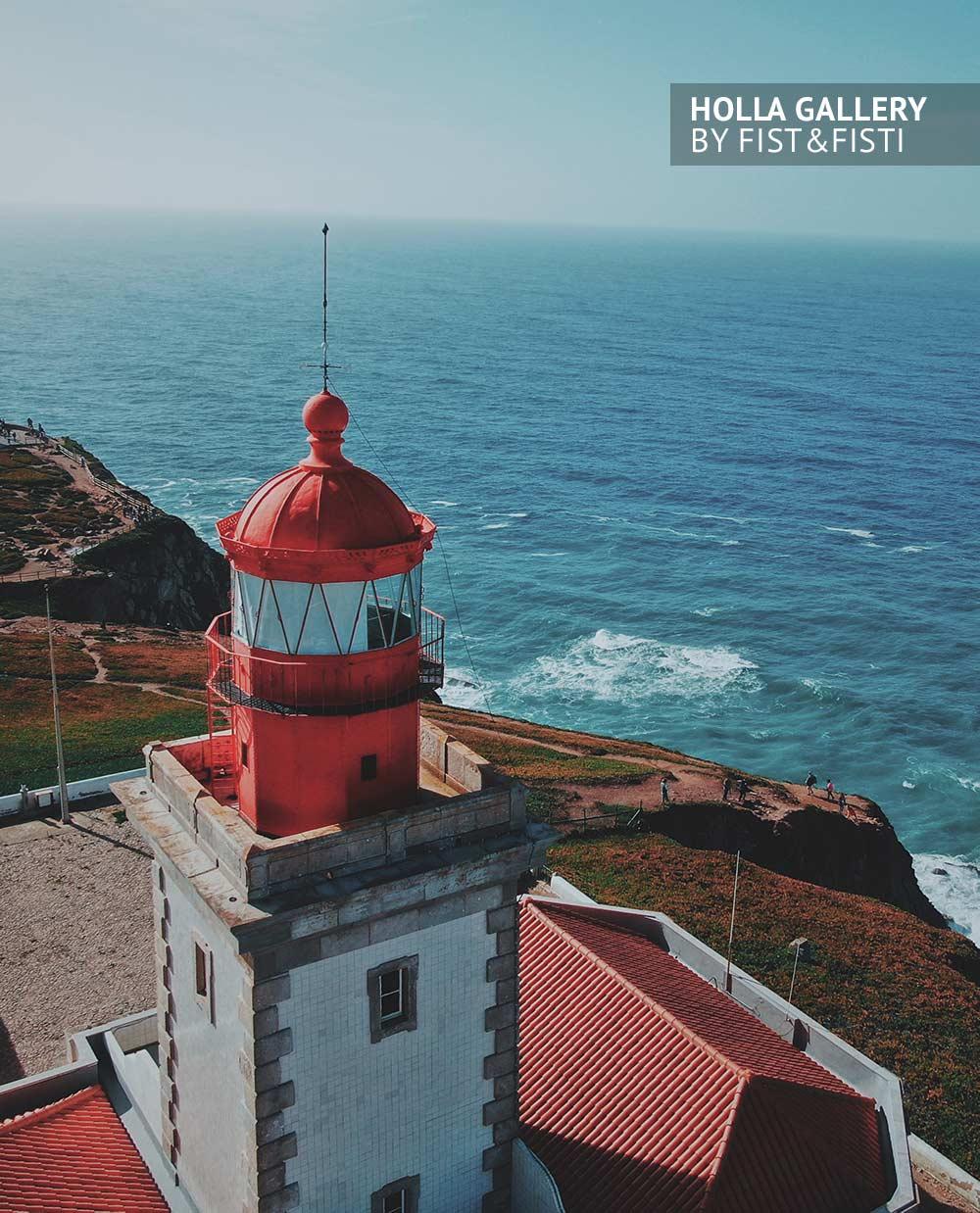 Вид сверху на маяк в Португалии. Мыс Рока и Атлантический океан. Фотография для интерьера