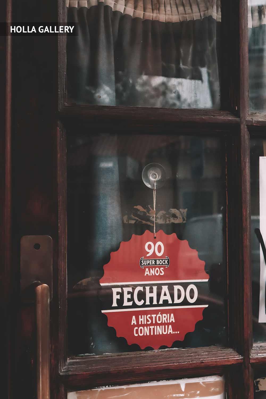 Витрина с вывеской в Лиссабоне