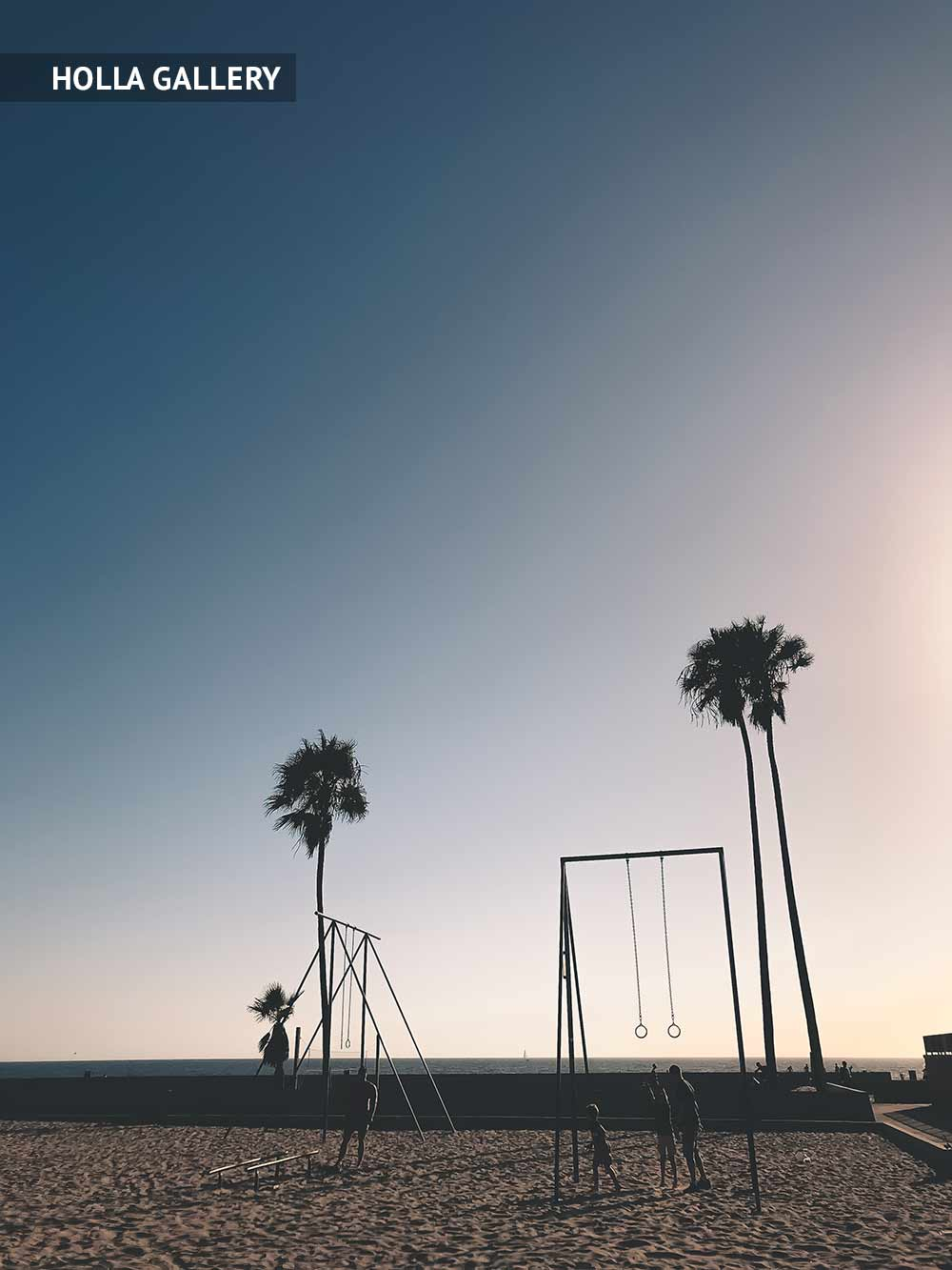 Качели и пальмы на пляже Нью-Йорка