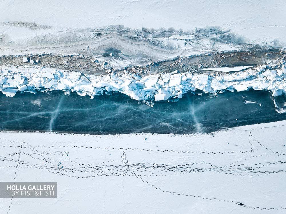 Граница замерзшего озера Байкал и его побережья. Иркутская область и Бурятия. Зимний плакат на стену