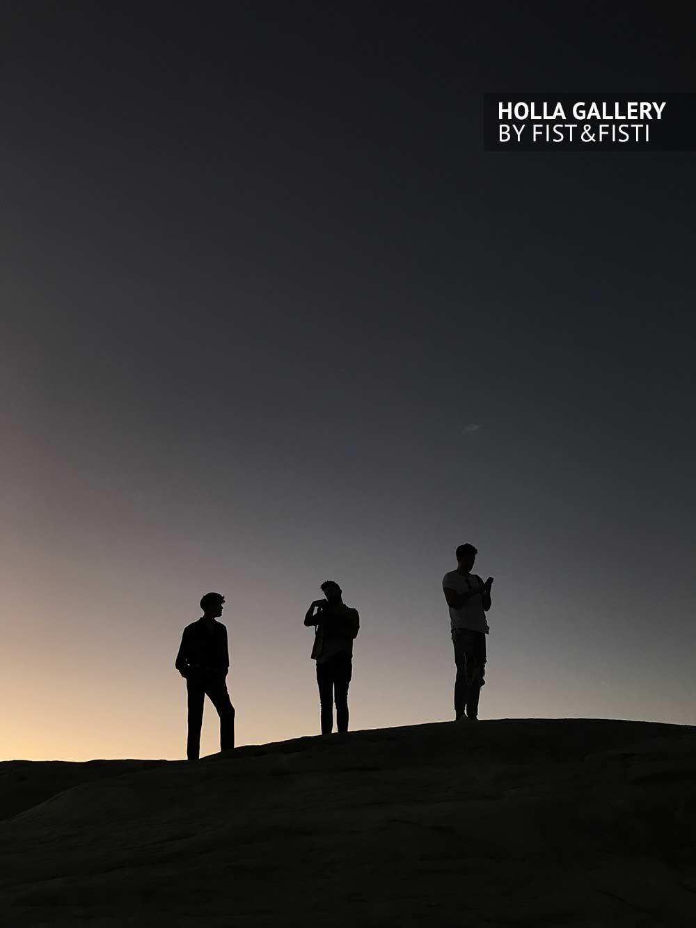 Силуэты людей на закате, небо, минимализм