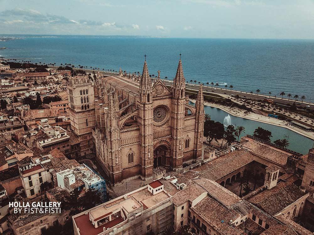 Пальмский собор на Майорке, фото с коптера на фоне Средизменого моря. Испания