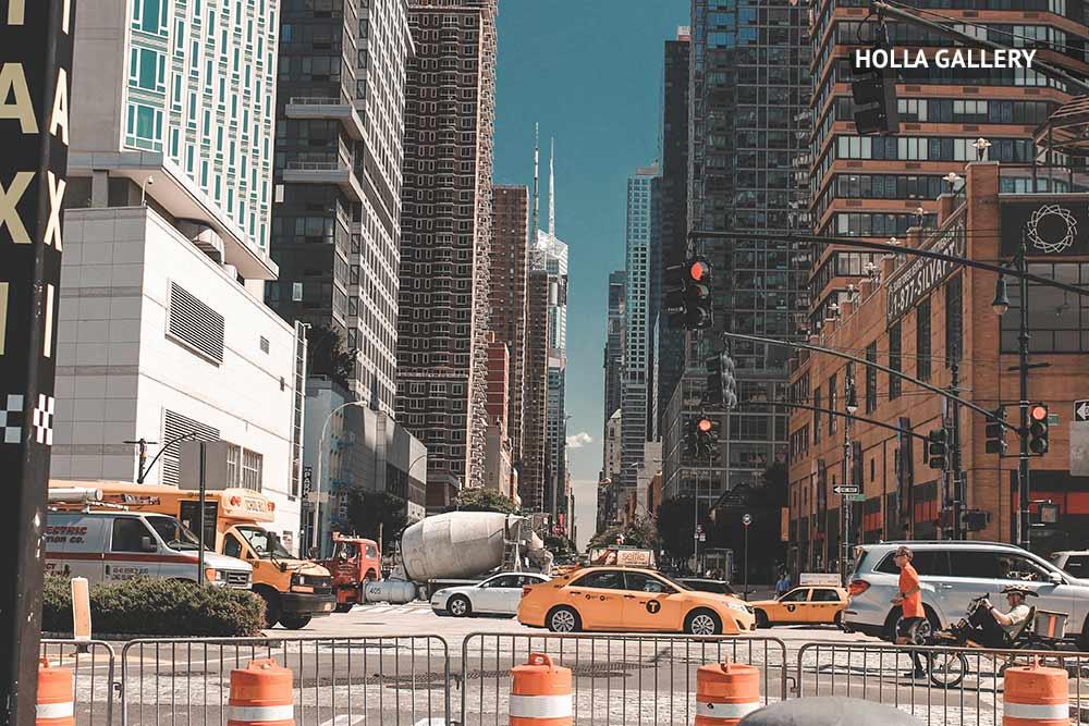 Улицы с машинами и небоскребами в Нью-Йорке