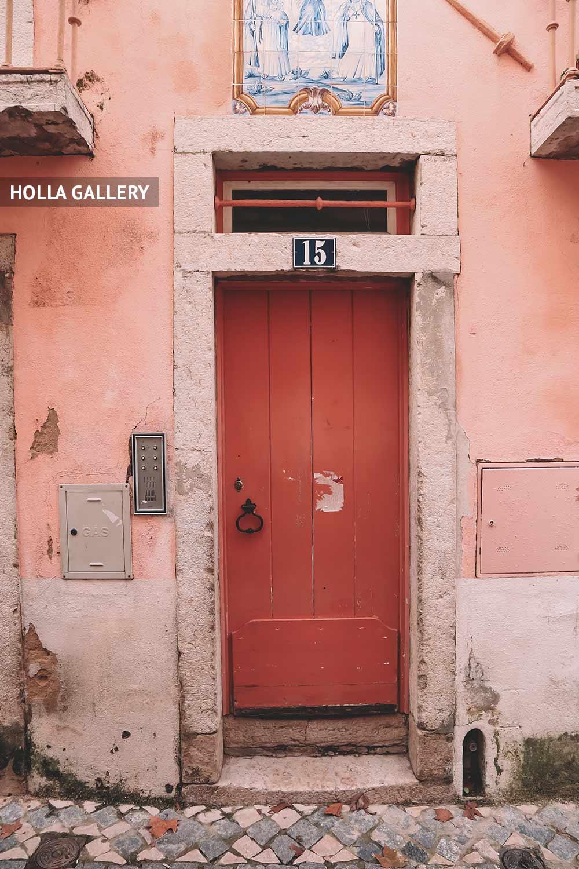 Красная узкая дверь в подъезде Лиссабона