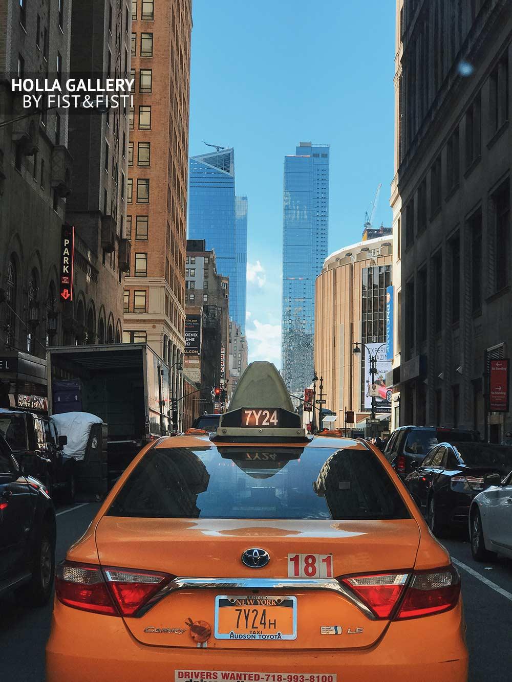 Желтые такси Нью-Йорка с видом на центральные авеню. Небоскребы мегаполиса