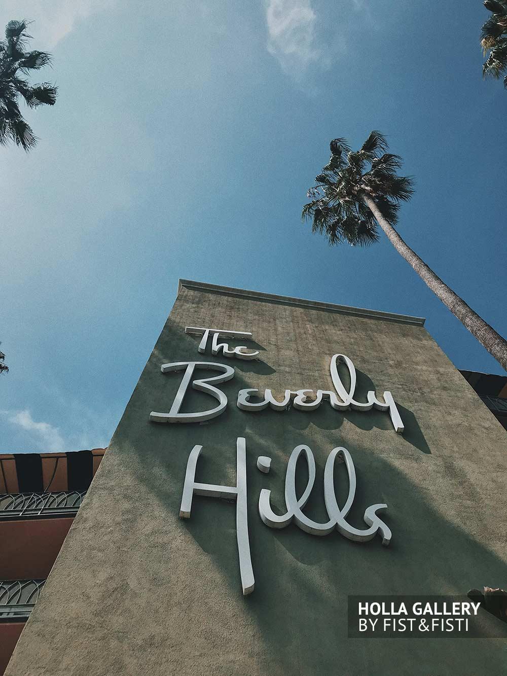 Стена отеля Beverly Hills на фоне пальм и неба. Фото плакат