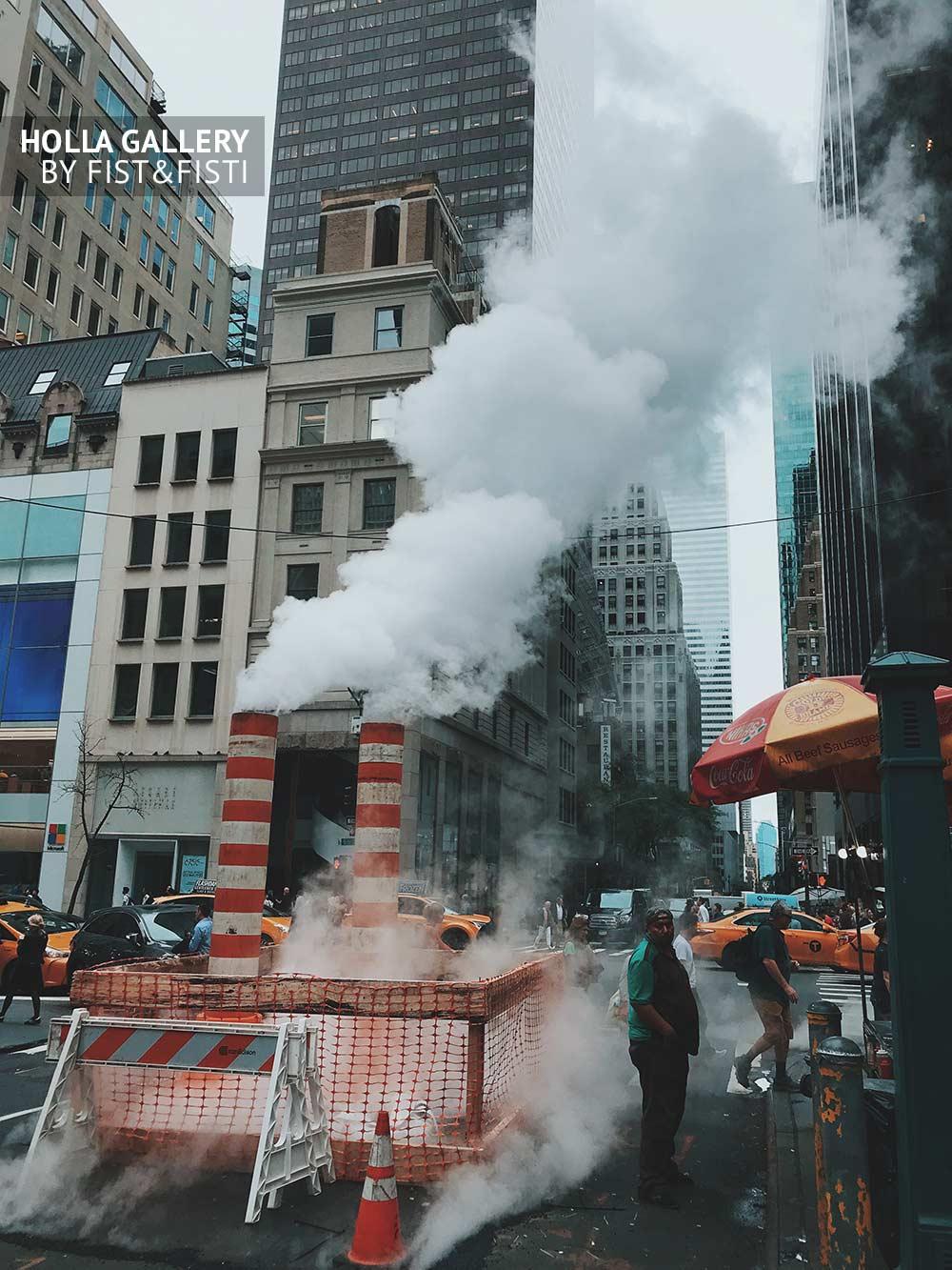 Дорожные работы посреди небоскребов в Нью-Йорке. Пар из труб и ограждения