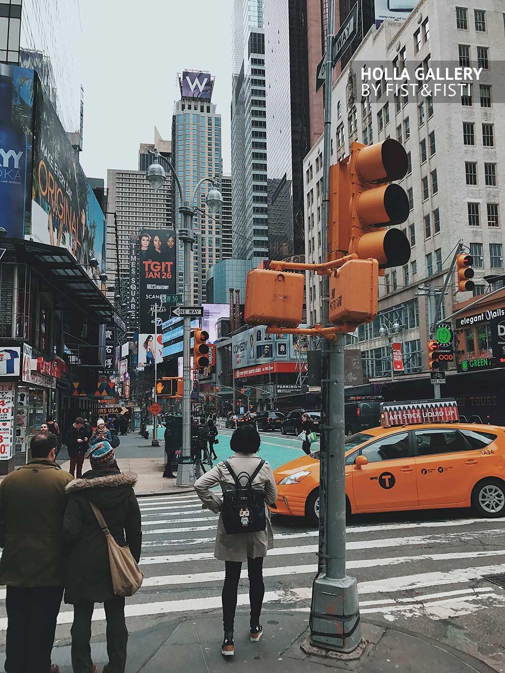 Нью-Йорк, желтое такси и светофоры посреди небоскребов. Фото картина