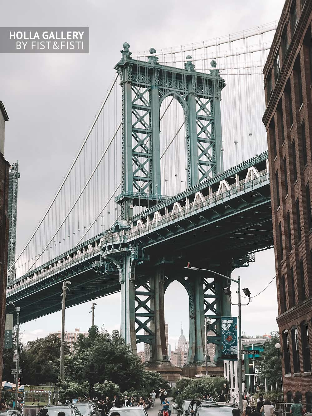 Вид на Манхэттенский мост посреди городских джунглей Нью-Йорка. Фотография для интерьера