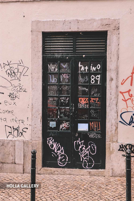Двери в граффити в Лиссабоне