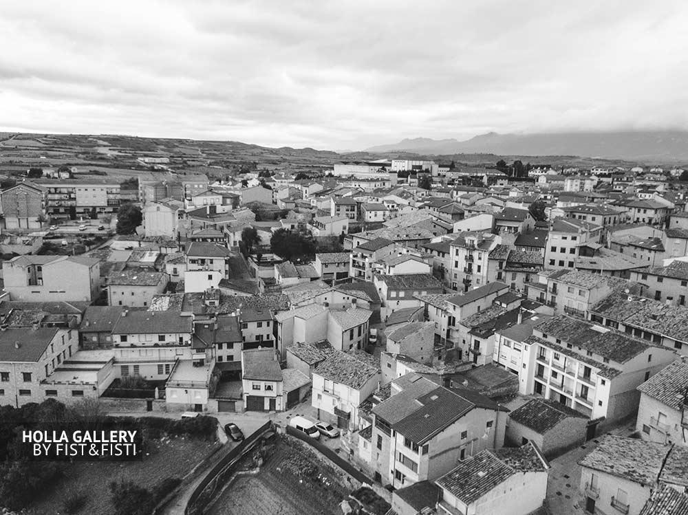 Вид с высоты птичьего полета на Elciego, Испания. Старый город