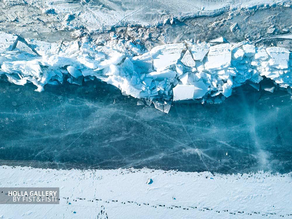 Ледяные глыбы на побережье замерзшего озера Байкал. Фотография Байкала для дизайна