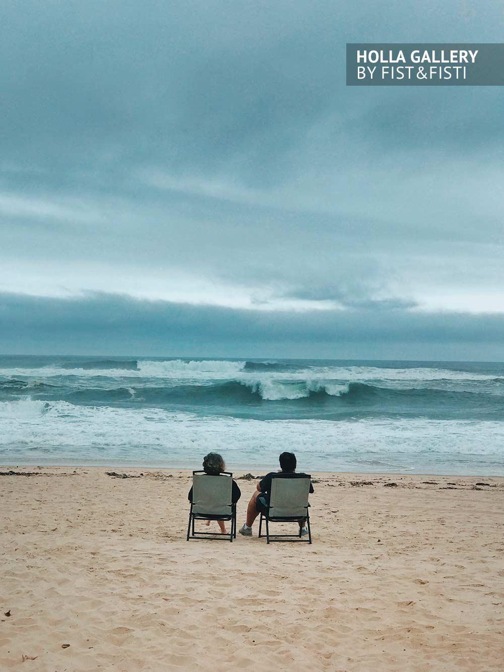 Пара на берегу моря. Lovestory на пляже East Hampton beach. Прибой в облачную погоду