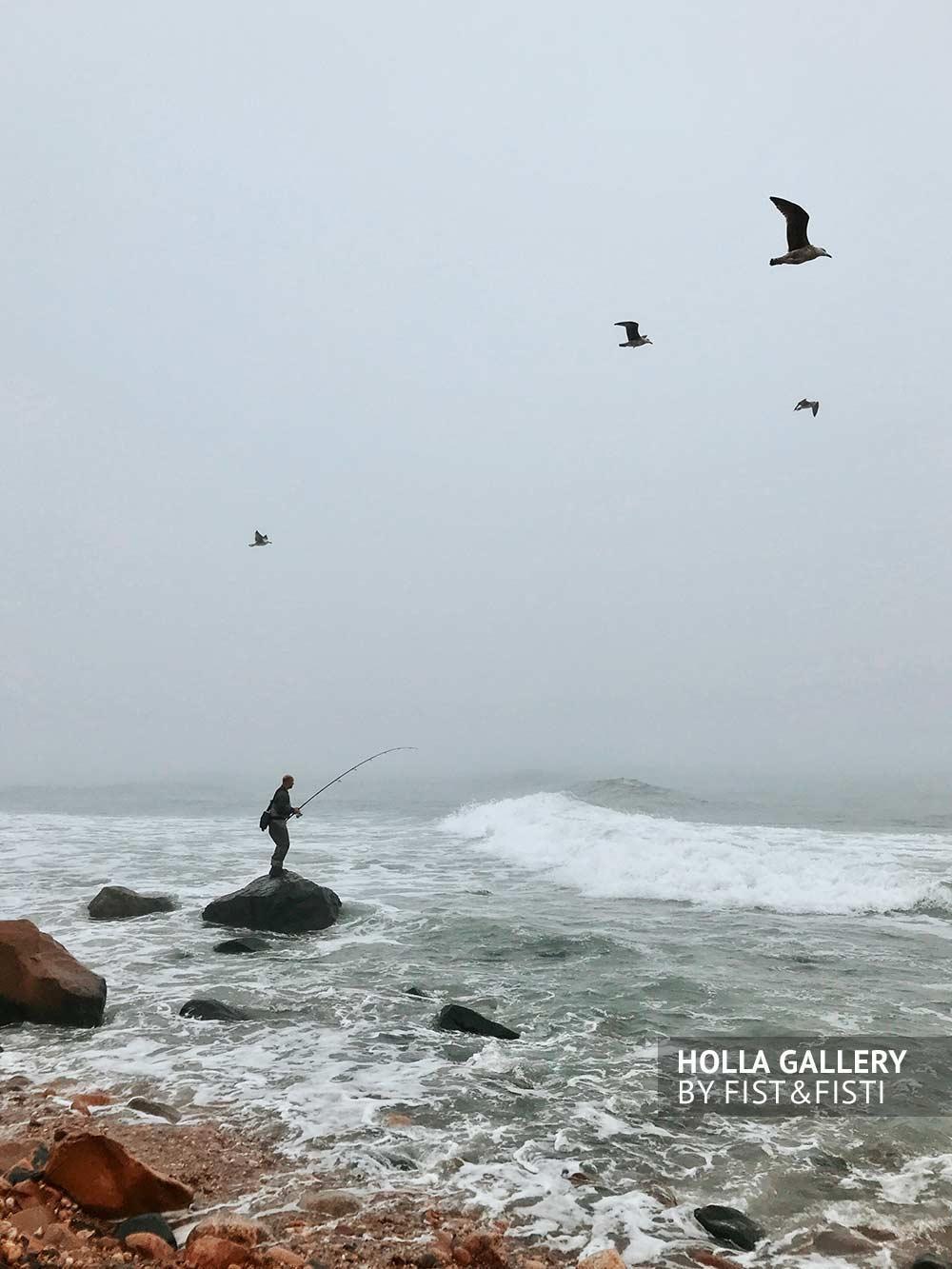 Рыбак на море в Montauk в тумане, фото для интерьера