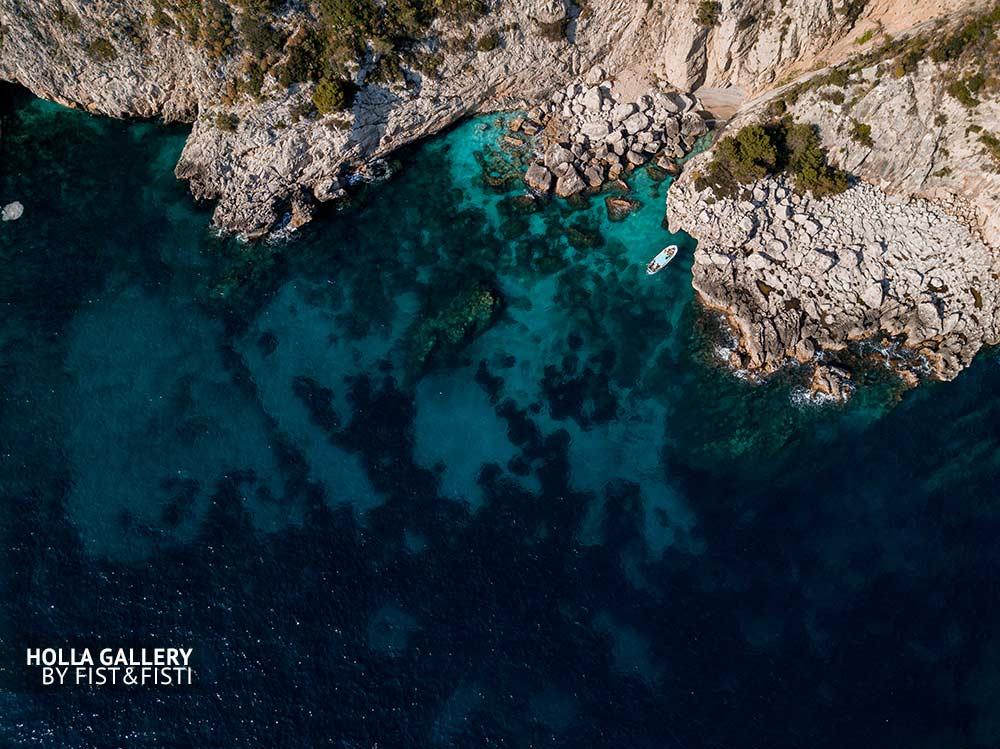 Залив на Капри с коптера, фото картина. Бирюзовая вода Средиземного моря, лодка. Фото для интерьера