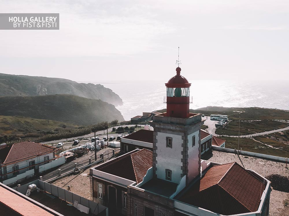 Вид на маяк мыс Рока. Скалы на краю Евпроы с волнами.