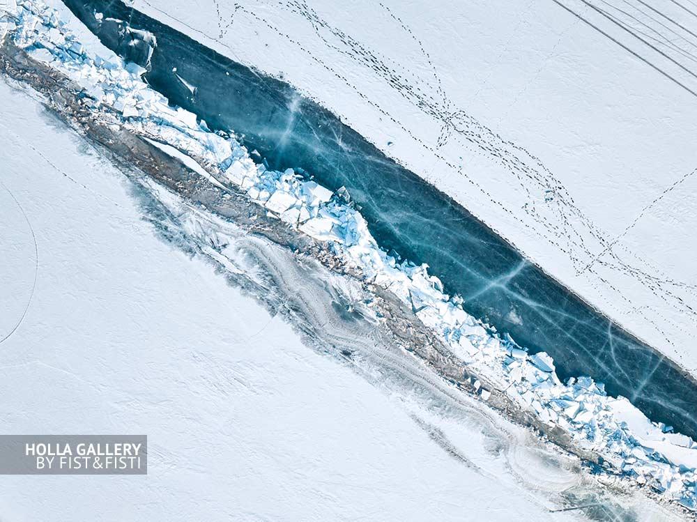 Фото с коптера на побережье Байкала во льду. Замерзшее озеро, следы, заснеженное побережье. Постеры на стену