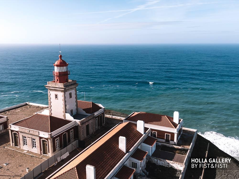 Маяк на краю Европы мыс Рока в солнечный день на фоне океана.