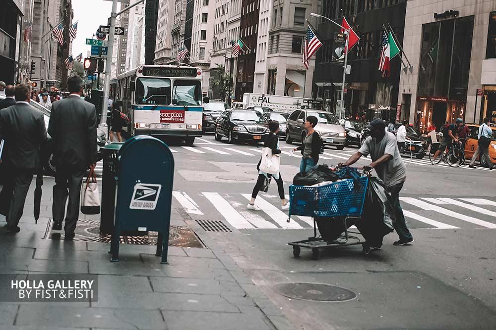 Контрастный Нью-Йорк, США. Перекресток, небоскребы, автобус