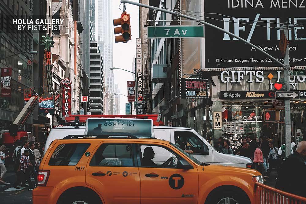 New York lifestyle. Перекрёсток в Нью-Йорке. Желтое такси и небоскребы. Фотокартина