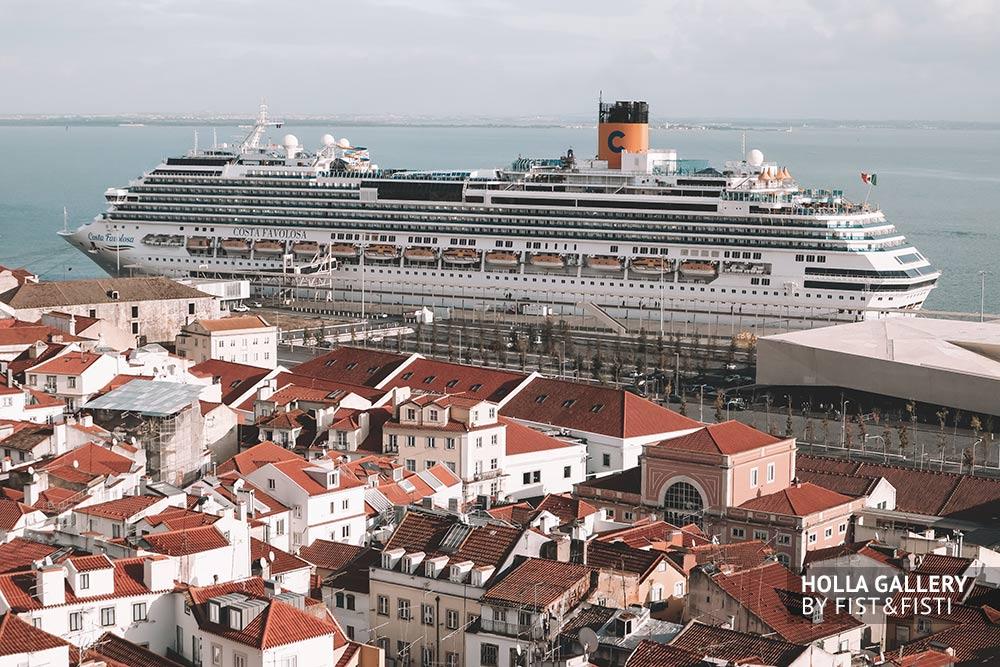 Фотообои города Лиссабон на фоне круизного лайнера.