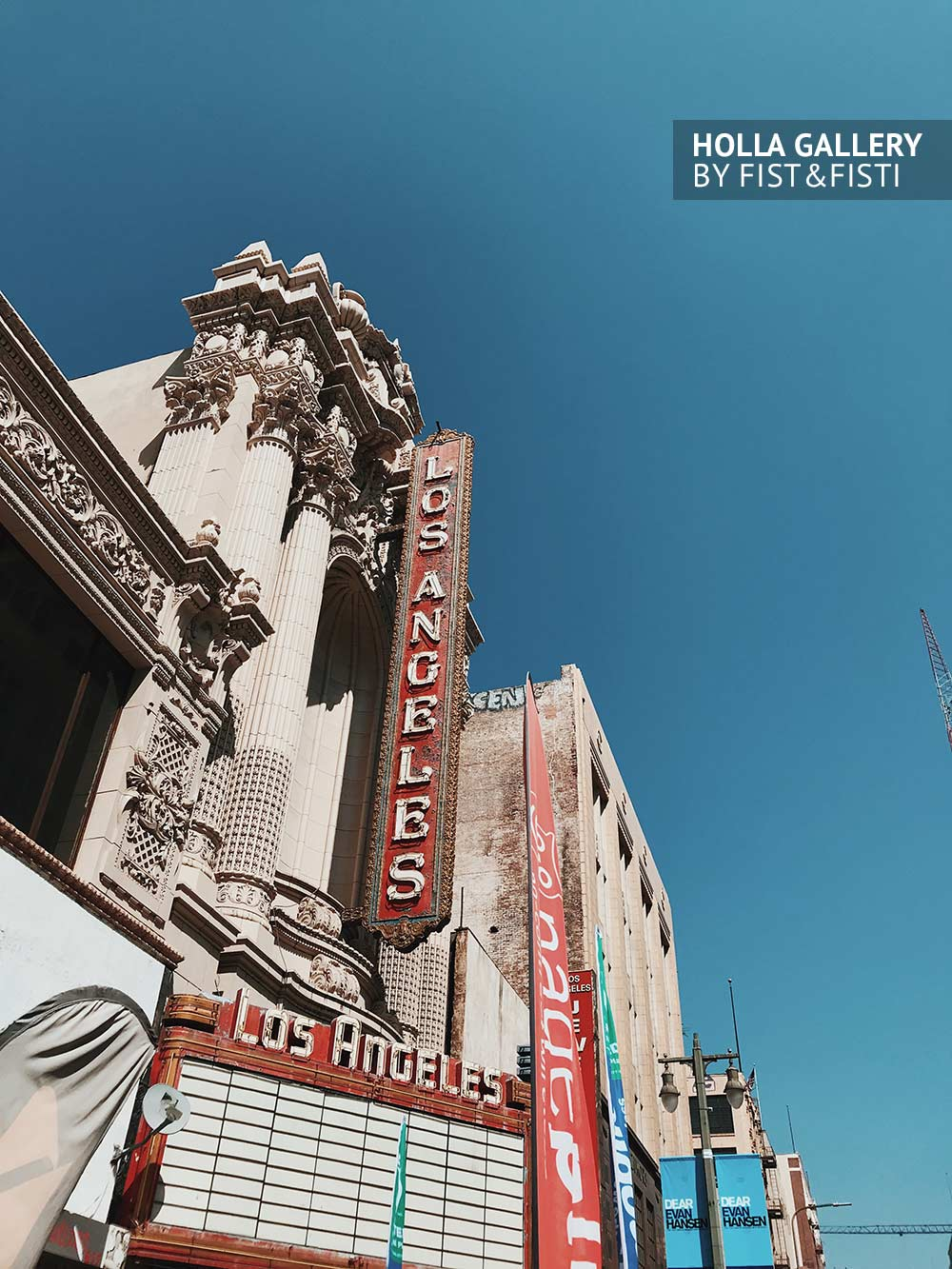 Старые вывески в даунтауне Лос-Анджелеса на фоне неба