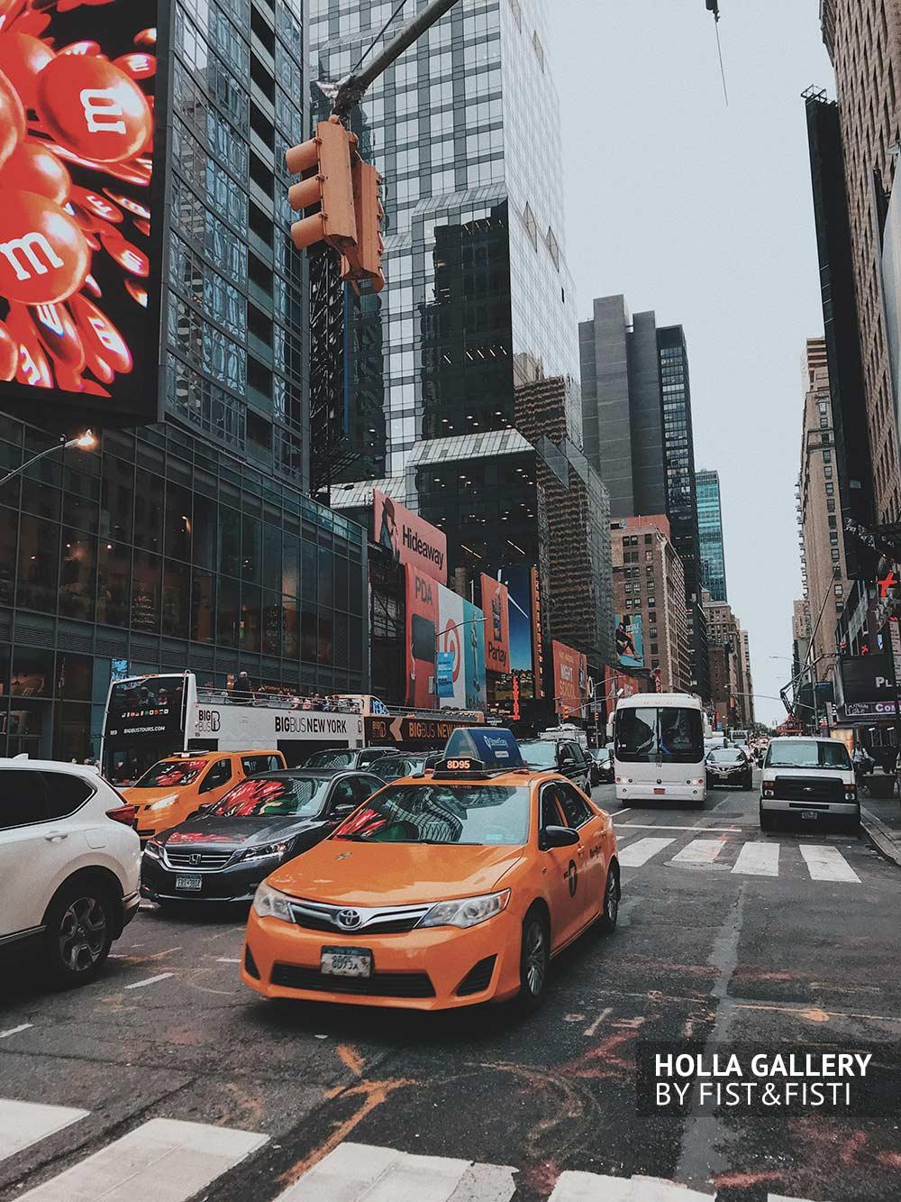 Желтое такси на фоне небоскребов. Улицы New York. Фото для интерьера